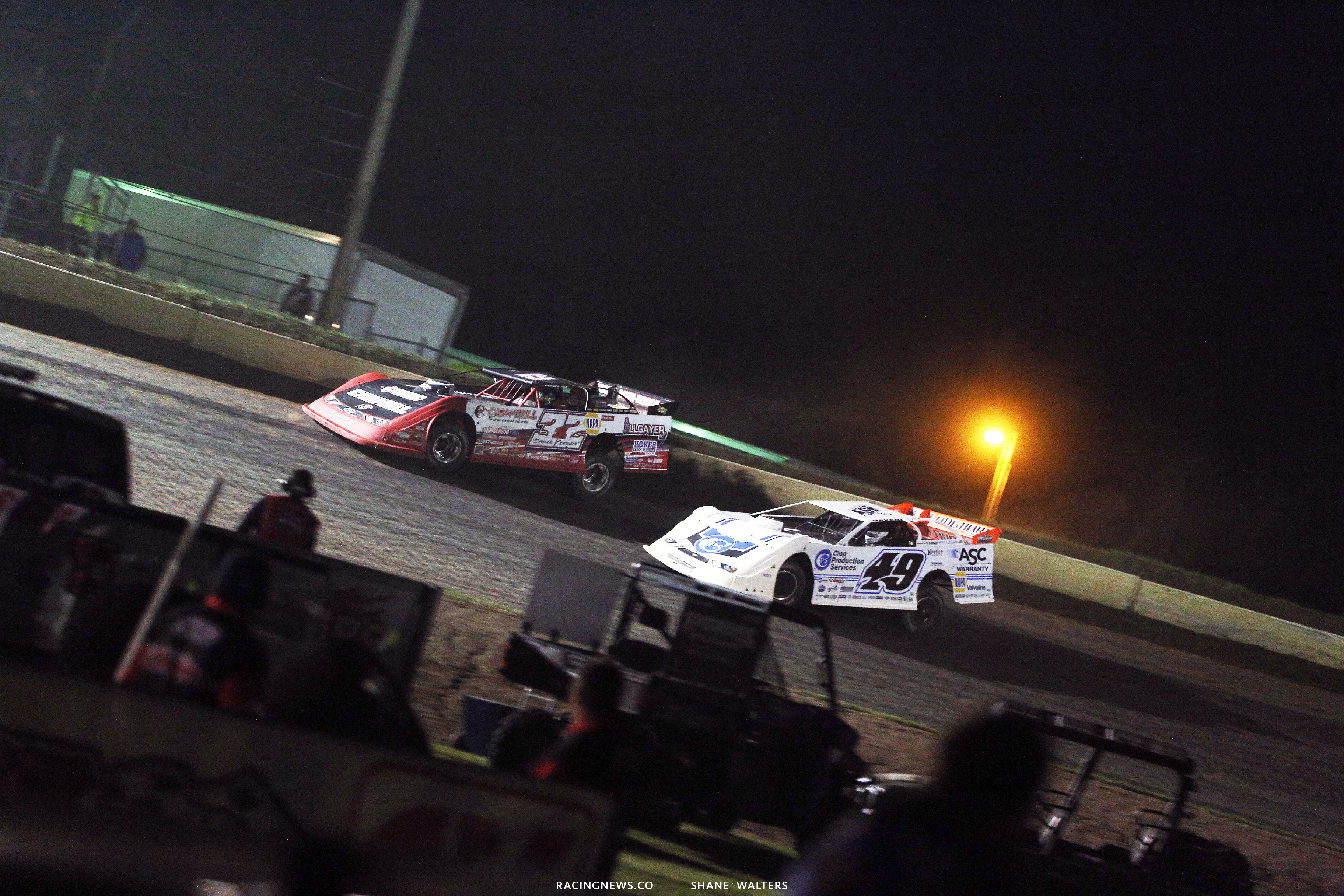 Bobby Pierce and Jonathan Davenport on the final corner at Deer Creek Speedway 7249