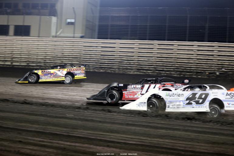 Jared Landers leads Morgan Bagley and Jonathan Davenport at Knoxville Raceway 8573
