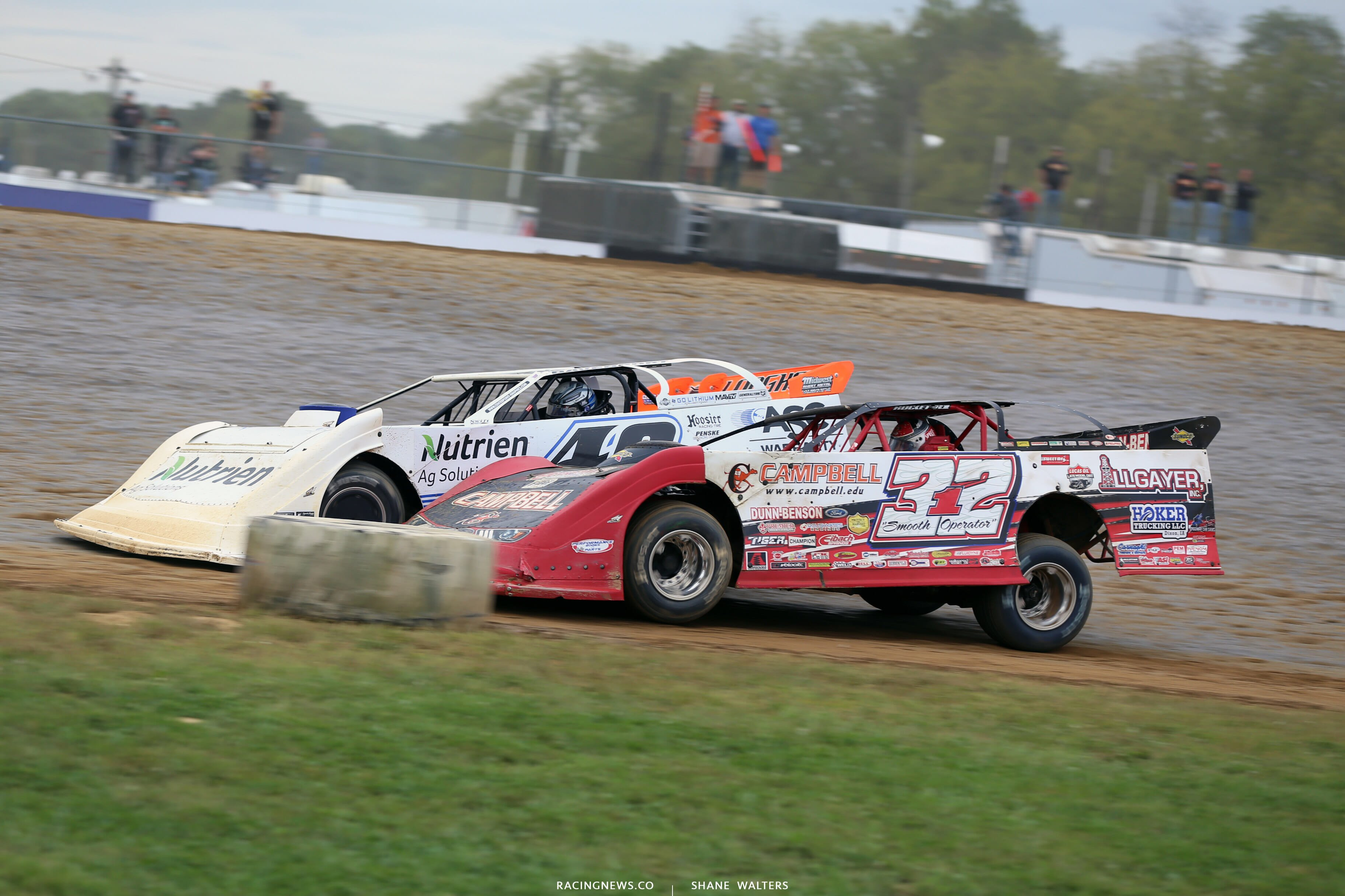 Jonathan Davenport and Bobby Pierce on the final lap of the 2018 Jackson 100 at Brownstown Speedway 0419