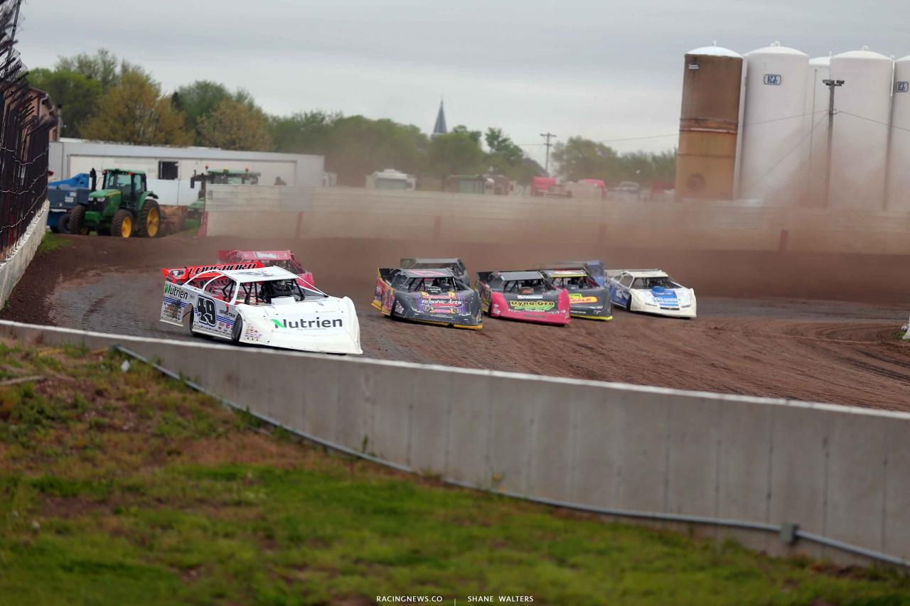 Jonathan Davenport leads at 300 Raceway 3626