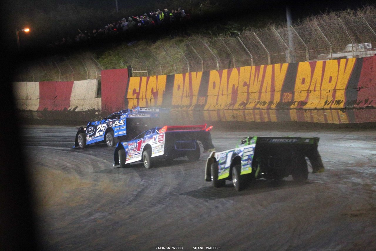 Kyle Bronson and Mason Zeigler on the final lap at East Bay Raceway Park - LOLMDS 5038