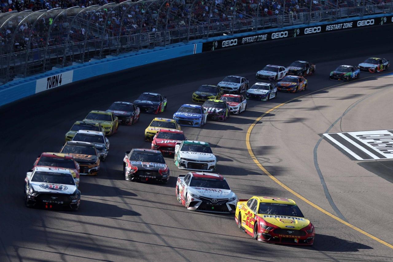 Joey Logano and Kevin Harvick at Phoenix Raceway - NASCAR Cup Series