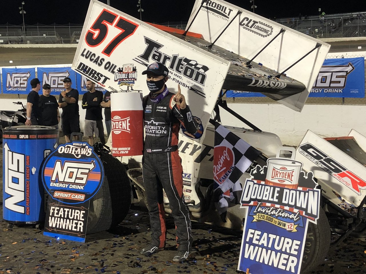 Kyle Larson in victory lane at Federated Auto Parts Raceway at I-55