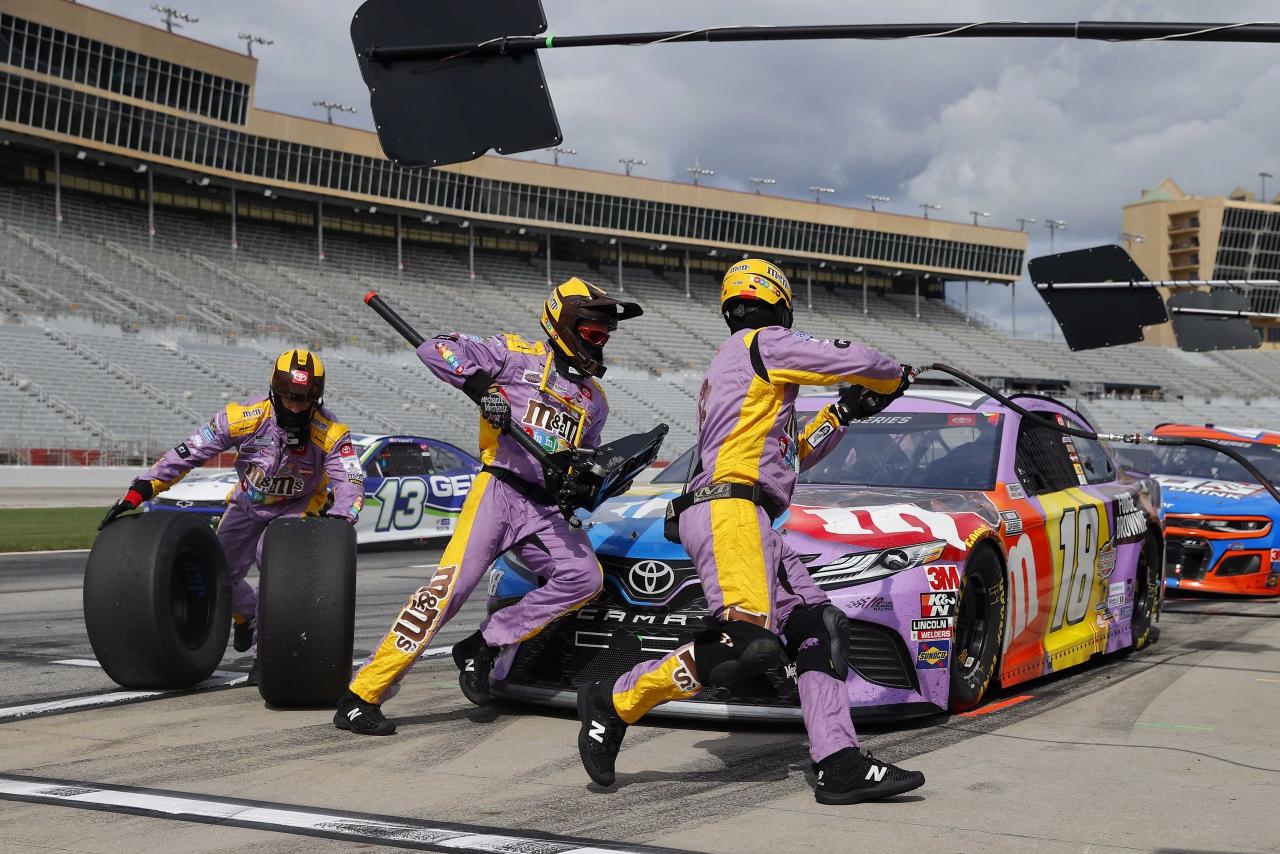 Kyle Busch - NASCAR pit stop