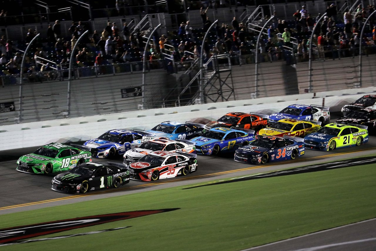 Kyle Busch, Kurt Busch - Three wide at Daytona International Speedway