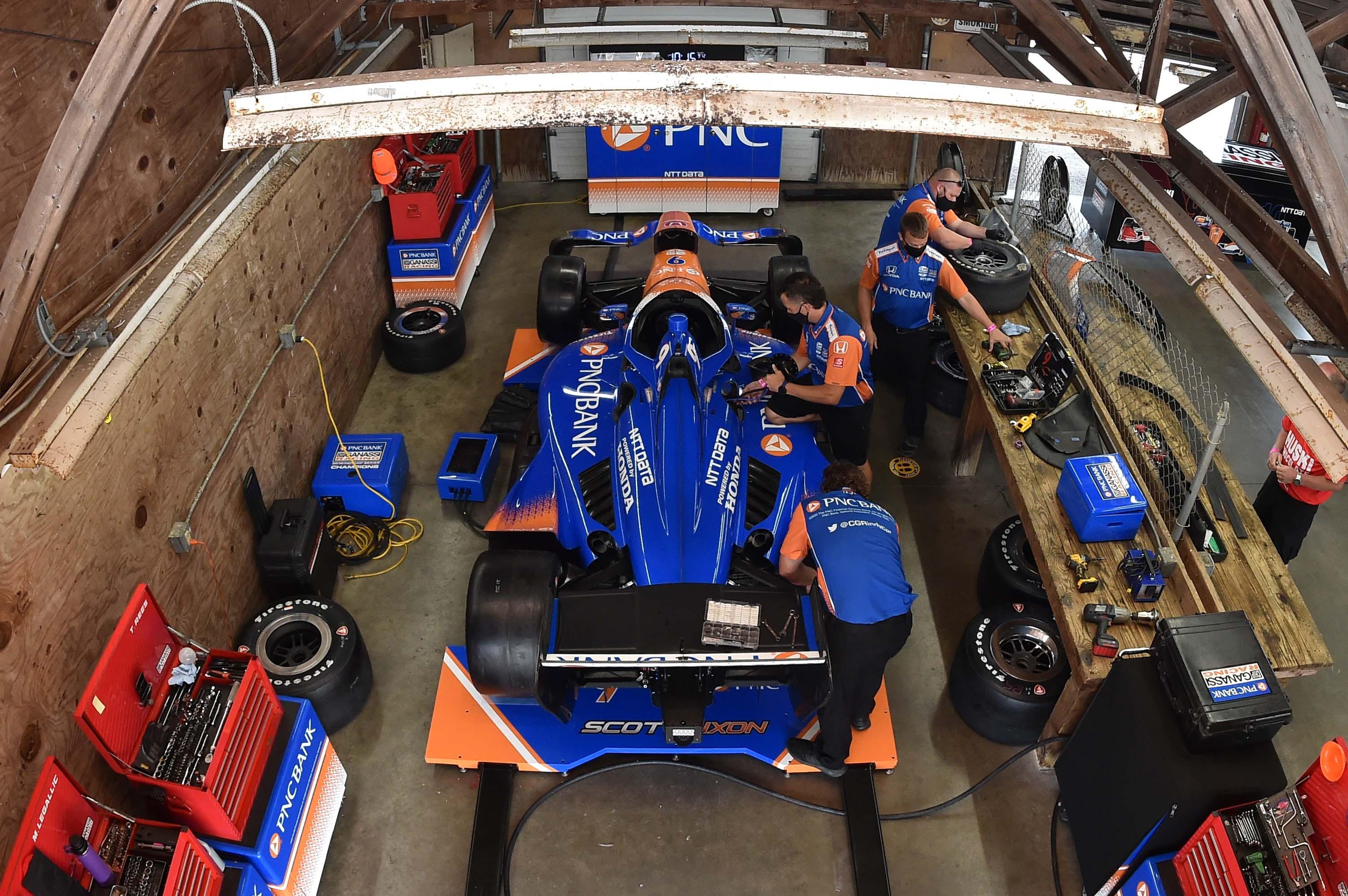 Scott Dixon at Mid-Ohio - Indycar garage