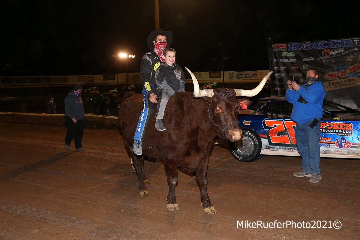 Ricky Thornton Jr rides a bull at Arizona Speedway