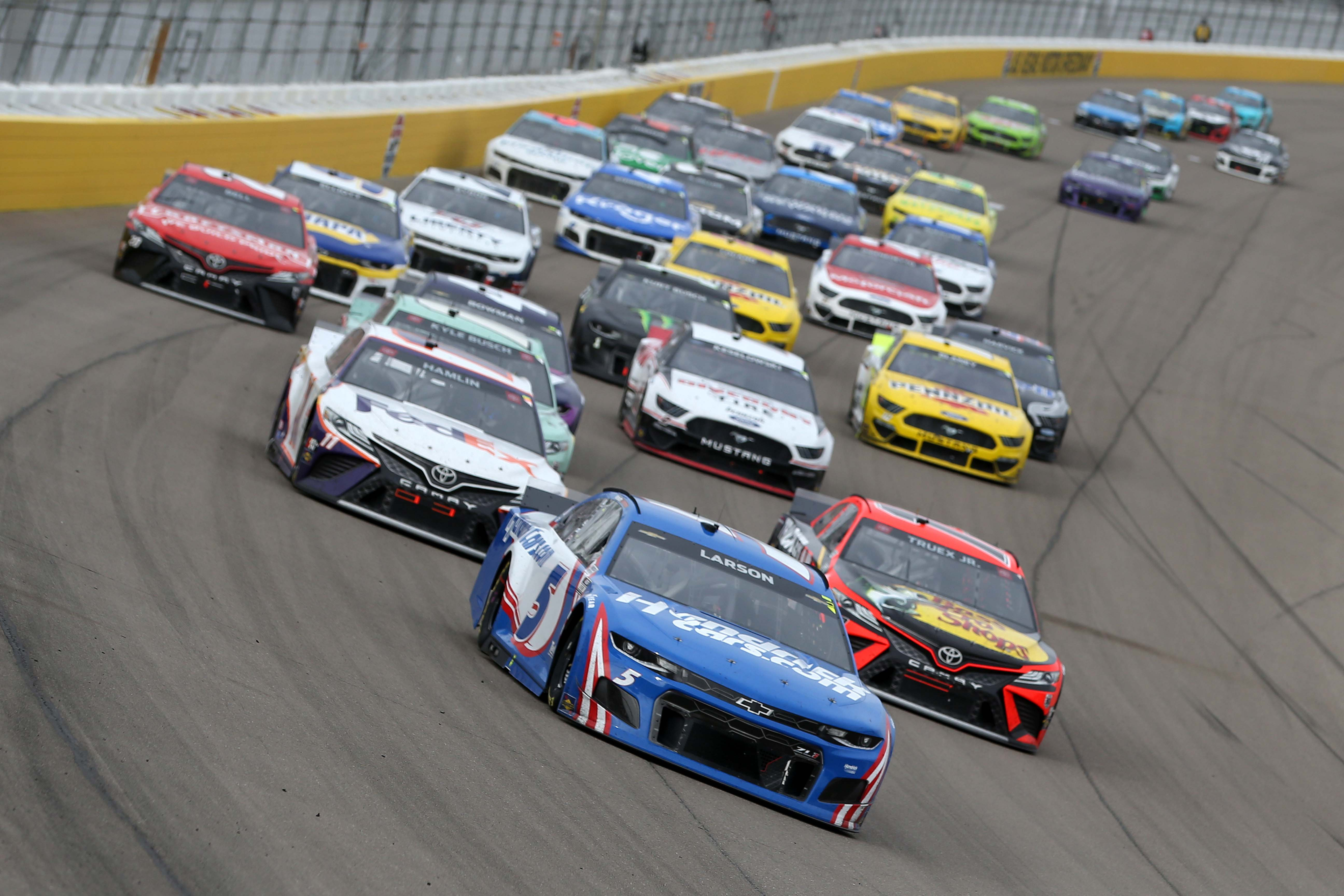 Kyle Larson leads Denny Hamlin and Martin Truex Jr - Las Vegas Motor Speedway - NASCAR Cup Series