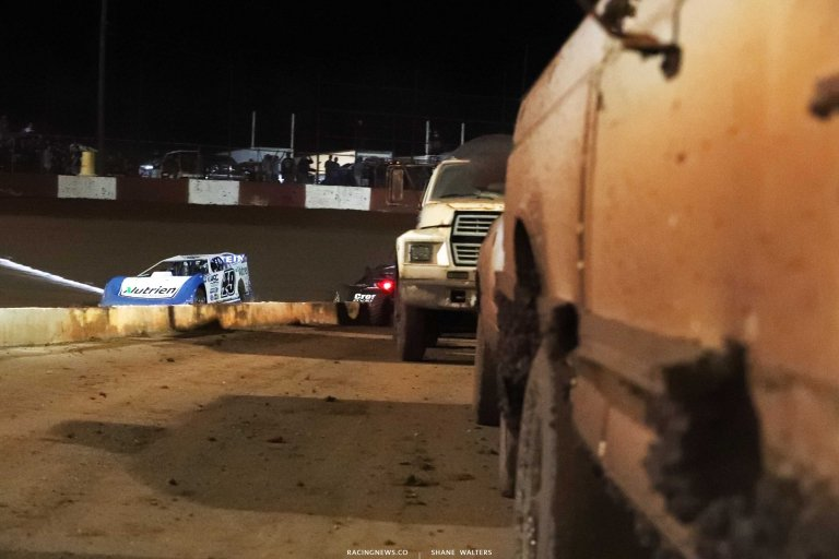 Jonathan Davenport leads at Dixie Speedway - Lucas Late Model A35I0498